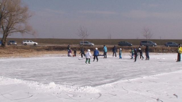 Obrazom: Korčuľovanie na zamrznutých Skalických rybníkoch