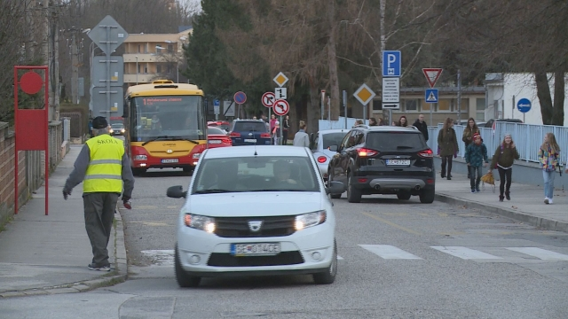 Na Komenského ulici je ráno rušno