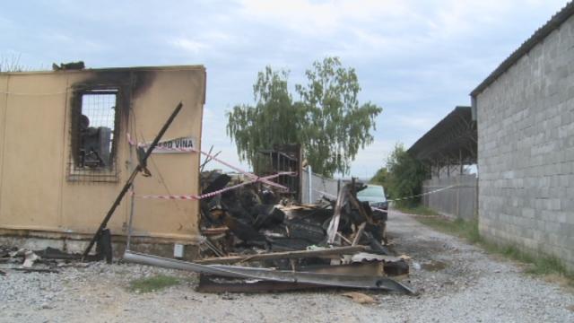 V Senici zhorelo strnisko a autoservis.