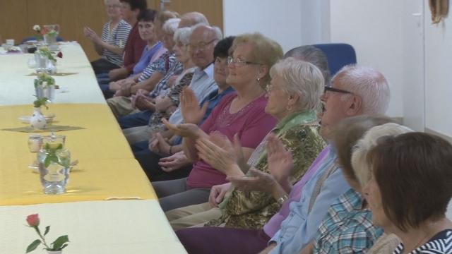 Dôchodcovia sa stretli na posedení pri čaji